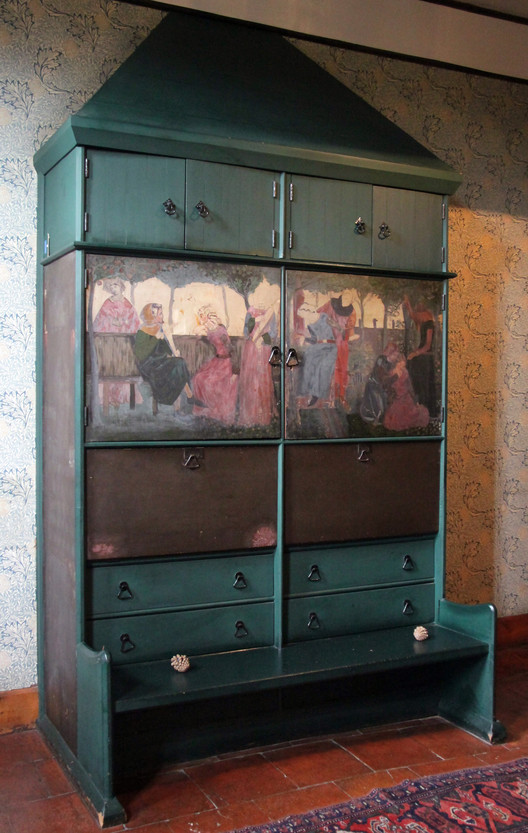 Morris' hand-painted settle in the entry hall features a depiction of a scene from the German epic the Niebelungenlied. ImageCourtesy of Flickr user KotomiCreations (licensed under CC BY-NC 2.0)