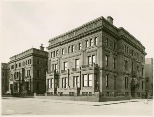 Image <a href='https://commons.wikimedia.org/wiki/File:W_H_Vanderbilt_House.jpg'>via Wikimedia</a> (public domain)