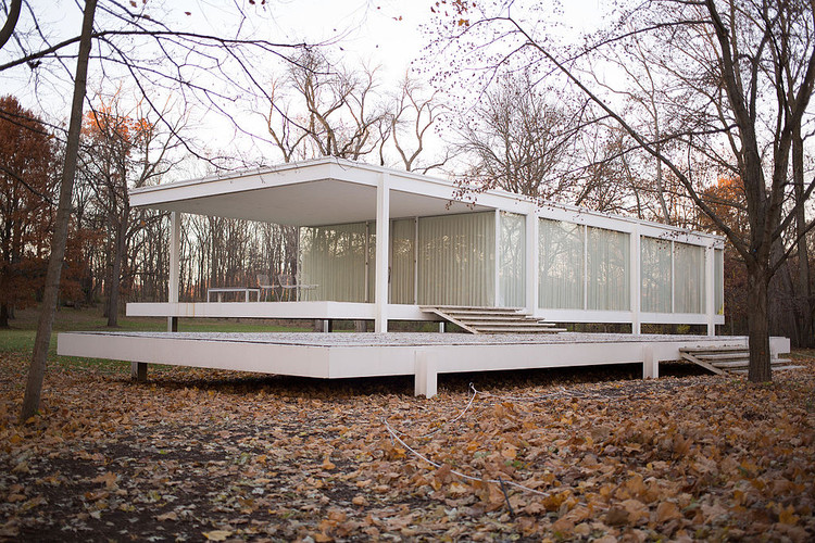 Farnsworth House. Image © <a href='https://commons.wikimedia.org/wiki/File:Farnsworth_House_by_Mies_Van_Der_Rohe_-_exterior-10.jpg'>Wikimedia user Victor Grigas</a> licensed under <a href='https://creativecommons.org/licenses/by-sa/3.0/'>CC BY-SA 3.0</a>