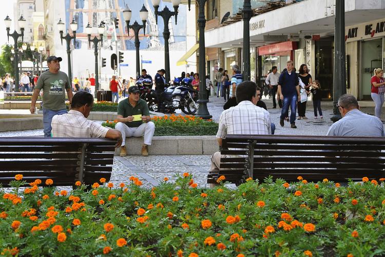 Fachadas ativas e construções na escala humana incentivam o uso dos espaços públicos. Foto: WRI Brasil Cidades Sustentáveis. Image Cortesia de TheCityFix Brasil