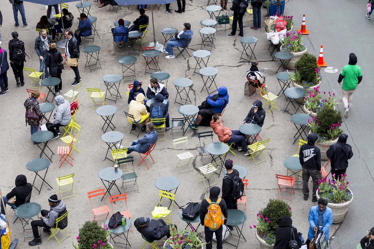 Espaços públicos que estimulam a permanência e a convivência ajudam a tornar as ruas mais seguras. Foto: New York City Department of Transportation-Flickr-CC. Image Cortesia de TheCityFix Brasil