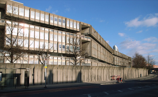 Robin Hood Gardens. Image © <a href='https://www.flickr.com/photos/stevecadman/2361183115/'>Flickr user stevecadman</a> licensed under <a href=https://creativecommons.org/licenses/by-sa/2.0/'>CC BY-SA 2.0</a>