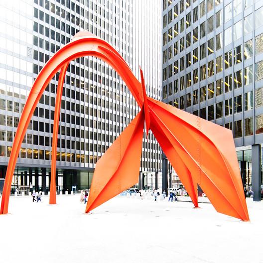Flamingo, 1973, instalado en el Federal Center Plaza, Chicago. Imagen © Samuel Ludwig