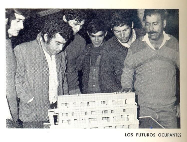 Beneficiados de la Villa San Luis contemplan una maqueta del proyecto en 1972.. Image Cortesía de AUCA 21