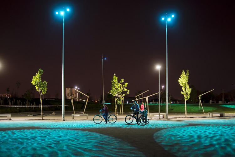 La rutina urbana de los vecinos, después del ocaso, mejoró y tuvo un impacto positivo en la calidad de vida de los habitantes de esta de la zona industrial. Image © Maria Cirano
