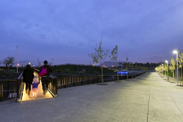 La última luz en el extremo del parque, donde el horizonte es siempre el punto de vista industrial de la ciudad.. Image © Maria Cirano