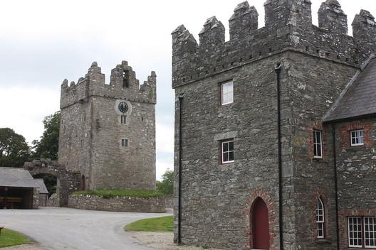 Castle Ward: Winterfell. Image © <a href='https://commons.wikimedia.org/wiki/File:Castle_Ward_Castle,_June_2011_(01).JPG'>Wikimedia user Ardfern</a> licensed under <a href='http://https://creativecommons.org/licenses/by-sa/3.0/deed.en'>CC BY-SA 3.0</a>