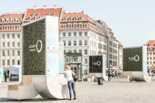 Oito CityTrees em frente ao Frauenkirche em Dresden, Alemanha. Image © Green City Solutions