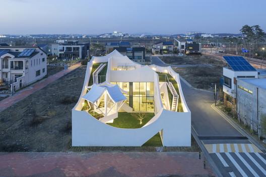Flying House / IROJE KHM Architects. Image © Sergio Pirrone