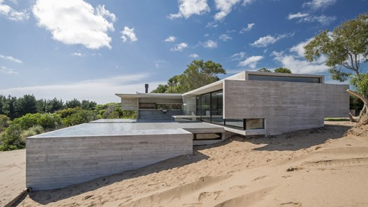 House in the Dune / Luciano Kruk. Image © Daniela Mac Adden