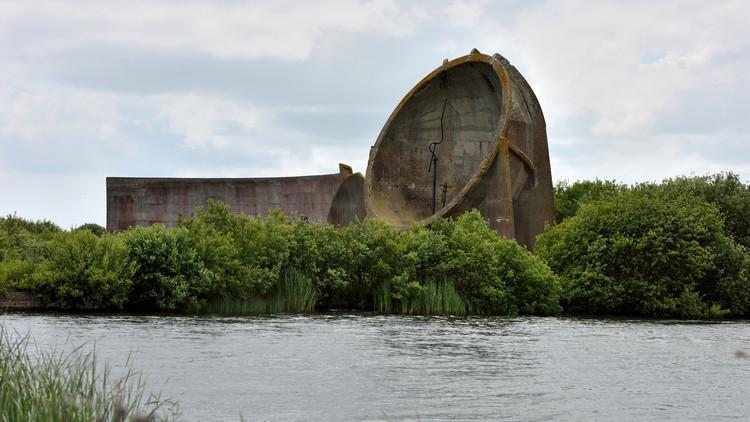 Estos enormes espejos acústicos de concreto se encuentran esparcidos por la costa británica , Denge (Greatstone-on-Sea, Kent, Gran Bretaña). Imagen Cortesía de Tom Lee (licencia CC BY-SA 2.0)