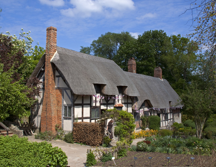 """Anne Hathaway's Cottage, England. © <a href=""""https://en.wikipedia.org/wiki/Tudor_architecture#/media/File:Anne_Hathaways_Cottage_1_(5662418953).jpg"""">Wikimedia Commons user Tony Hisgett</a> licensed under <a href=""""https://creativecommons.org/licenses/by-sa/2.0/"""">CC BY 2.0</a>. Image Courtesy of Tony Hisgett"""