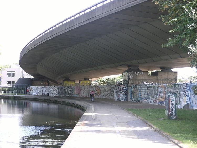 Westway Gardens em Londres, antes da intervenção que o transformou em um atrator urbano. Image © Mark Ahsmann via Wikimedia, CC BY-SA 3.0
