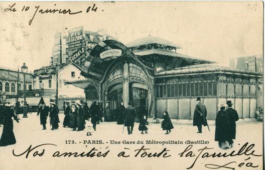 """Place du Bastille (Carte postale ancienne éditée par les Magasins Réunis). © <a href=""""https://commons.wikimedia.org/wiki/File:Magasins_R%C3%A9unis_171_-_PARIS_-_Station_du_M%C3%A9tropolitain_-_Place_de_la_Bastille.JPG"""">Claude_Villetaneuse</a> (1908) licensed under Public Domain. Image Courtesy of Claude Villetaneuse"""