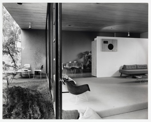 Case Study House No. 9. (1950) / Julius Shulman Photography Archive. Image © J. Paul Getty Trust. Getty Research Institute, Los Angeles (2004.R.10)
