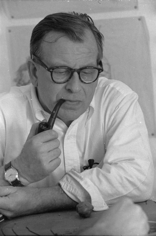 Image <a href='https://commons.wikimedia.org/wiki/File:Eero-Saarinen.jpg'>via Wikimedia</a>. Image by Balthazar Korab in public domain