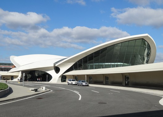 TWA Terminal. Image © <a href='https://www.flickr.com/photos/samsebeskazal/10283256224/'>Flickr user samsebeskazal</a> licensed under <a href='https://creativecommons.org/licenses/by-sa/2.0/'>CC BY-SA 2.0</a>