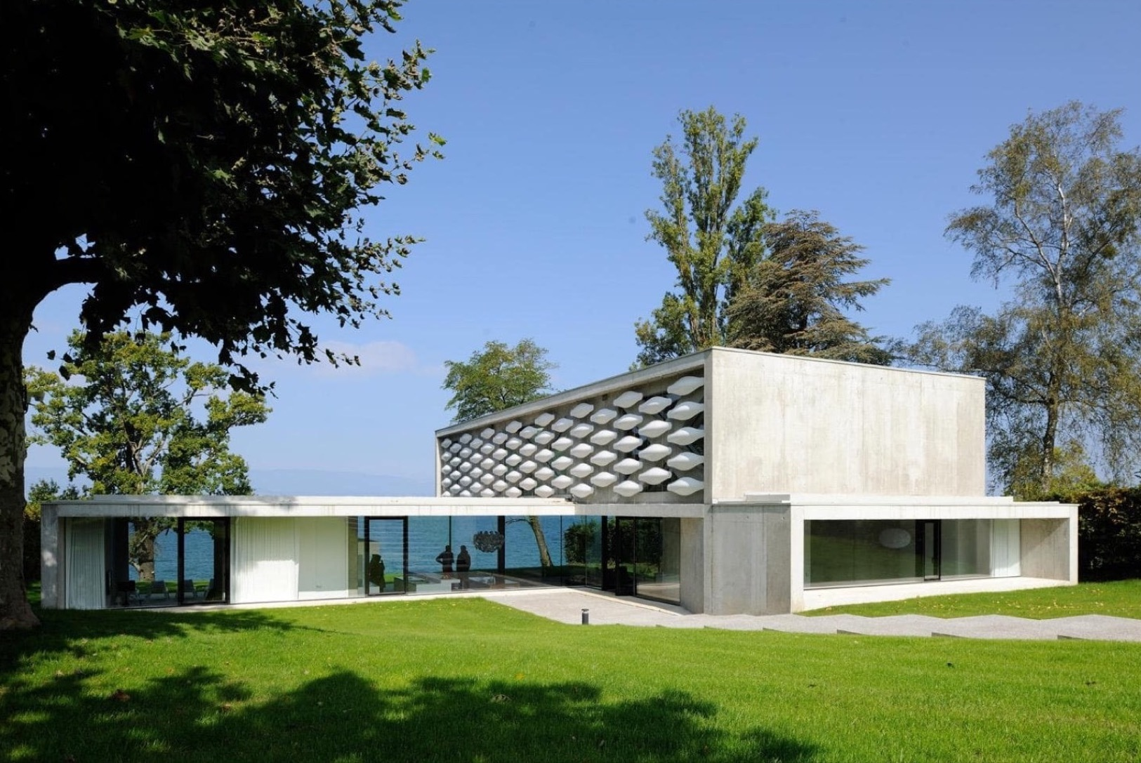 House on the lake pierre minassian architecte archdaily for Maison architecte contemporaine