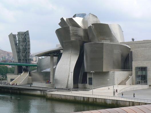 Guggenheim Bilbao. Photograph by <a href='http://https://www.flickr.com/photos/carlosreusser/2529458249/in/photolist-4Rw8P8-bqB77o-B284X-bm4iCT-qoC7s-4RAhf7-zwEd9-3gB5hg-6UanLf-bmgFbg-B27VW-5PFUQS-bmfRir-5owbLU-8htKfk-4RAbW3-hXMLs-4Y1v9Z-Hwhfb-e9nDYX-bmgKeR-6xR1Ws-bmgTvn-Dj9d9-7vepYY-dchMtH-3XSbNn-djuw8G-oWWLT5-owtHrp-4Rwfoc-6KMF6X-4RAQ2j-4Rwauz-dchJAT-HwiDf-6L6XGP-65V7BT-2HpBFn-dR93jv-4Rw9mP-47haJx-oLXuxh-bmcQpB-nNxbrR-mFy4i-djuwyS-owtae9-4RAg6J-dchQrB'>Flickr user carlosreusser</a>. Image in the public domain