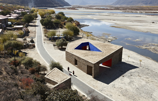 Tibet Niyang River Visitor Centre (2010). Image © ZAO/standardarchitecture