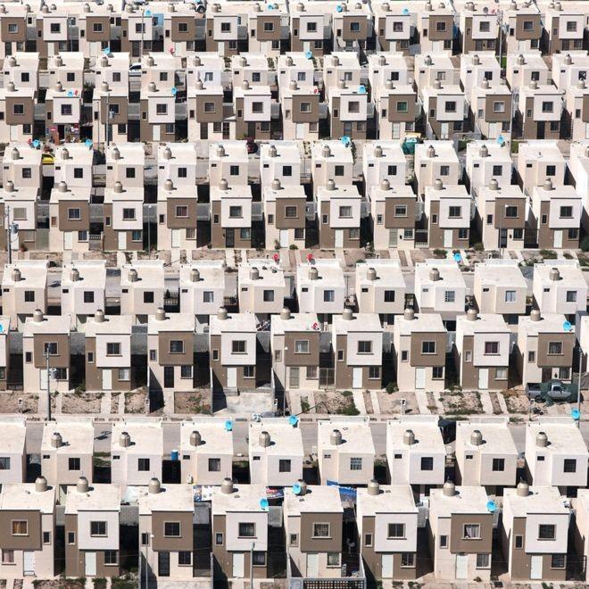 Anti-Patterns of Social Housing in Latin America, <a href='http://www.plataformaarquitectura.cl/cl/893152/paraisos-siniestros-fotografias-aereas-de-vivienda-de-interes-social-el-mexico'>Paraísos Siniestros: vivienda de interés social en México</a>. Image © Jorge Taboada