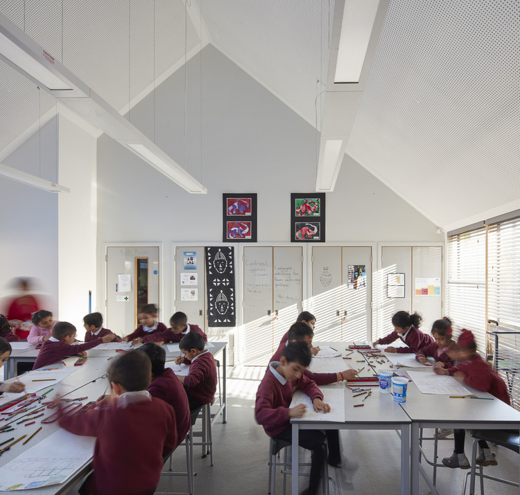Poorly Designed Acoustics in Schools Affect Learning Efficiency and Well-being, Sandringham Primary School / Walters & Cohen. Image © Dennis Gilbert / VIEW