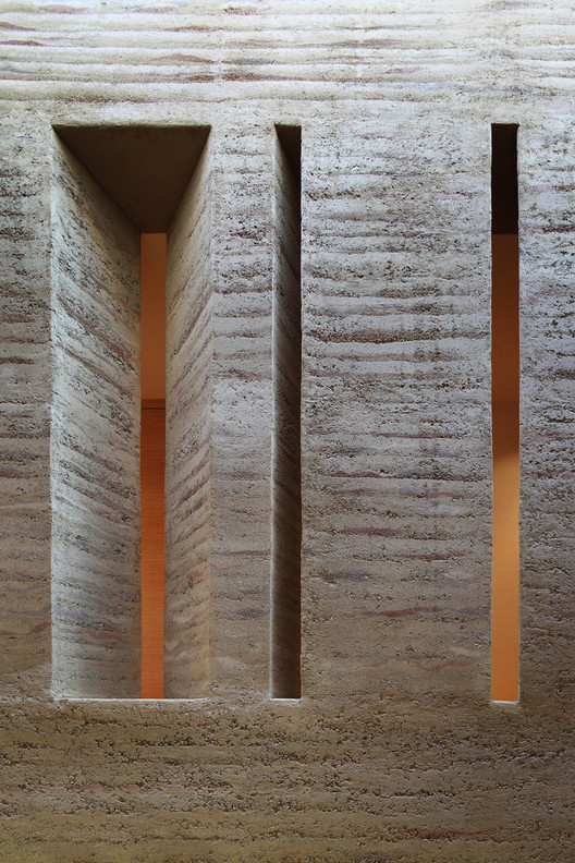 How Rammed Earth Walls are Built, Rammed earth wall in House Gulm. Image © Norman Muller