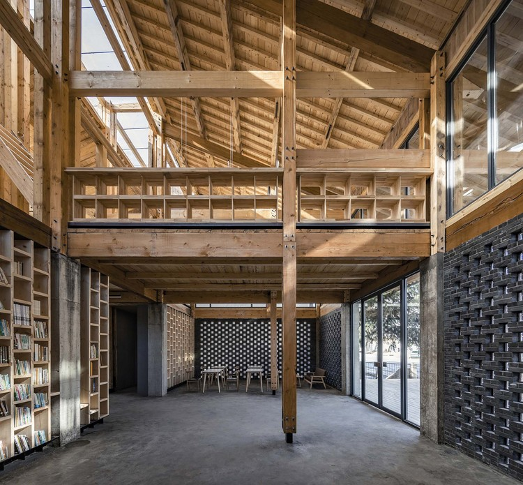 Party and Public Service Center of Yuanheguan Village / LUO studio, foyer. Image © Weiqi Jin