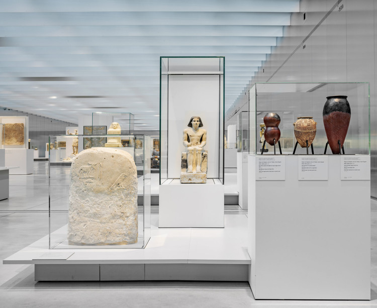 How to Design Museum Interiors: Display Cases to Protect & Highlight the Art, The Louvre Lens. Image Courtesy of Goppion
