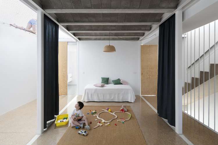 Curtains as Room Dividers: Towards a Fluid and Adaptable Architecture, REI House / CRUX arquitectos. Image © Milena Villalba