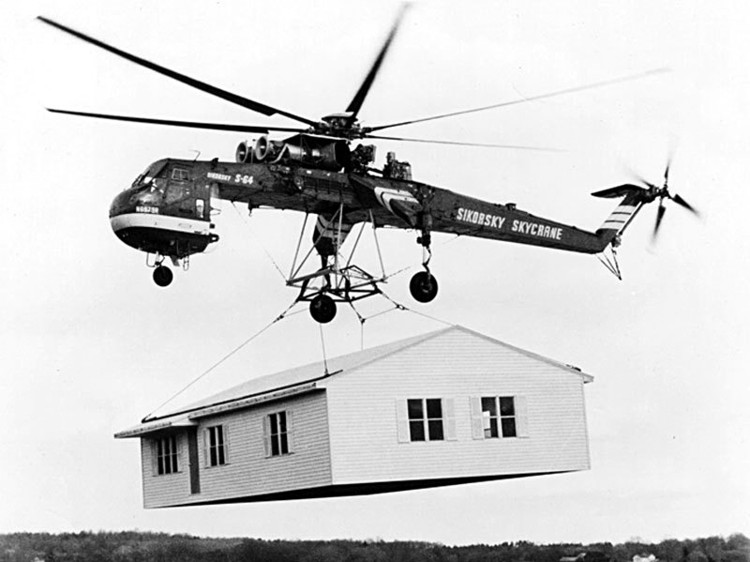 Architecture for Emergencies: On-site Construction or Prefabrication?, Sikorsky Skycrane transporting a pre-fabricated house. Image © Russavia [Wikimedia] bajo dominio público