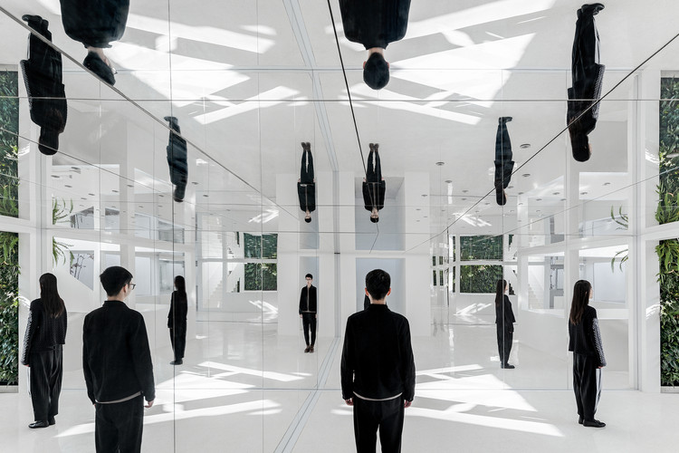 Mirrors in Architecture: Possibilities of Reflected Space, Mirror Garden / ARCHSTUDIO. Image © Ning Wang