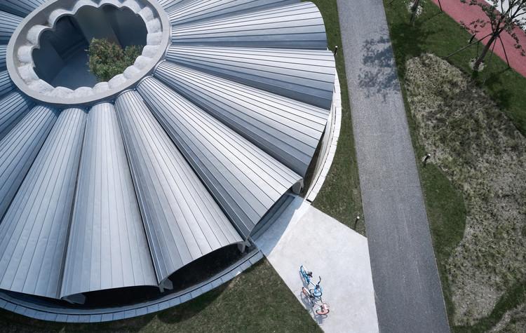 Net-Pool Café / TJAD Original Design Studio, metal roof. Image © ZY Architectural Photography