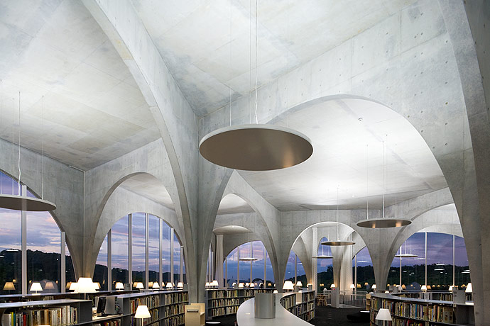 Biblioteca da Universidade de Arte de Tama / Toyo Ito por Iwan Baan, © Iwan Baan