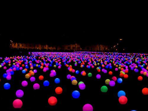Lâmpadas coloridas iluminam a Praça Paris / Rio de Janeiro, Foto: Divulgação / Agência O Globo