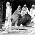 Acidente radioativo com cesio em Goiania: tecnicos do CNEN e militares da escola do Exercito transportam tambores © Luiz Novaes/Folha Imagem.