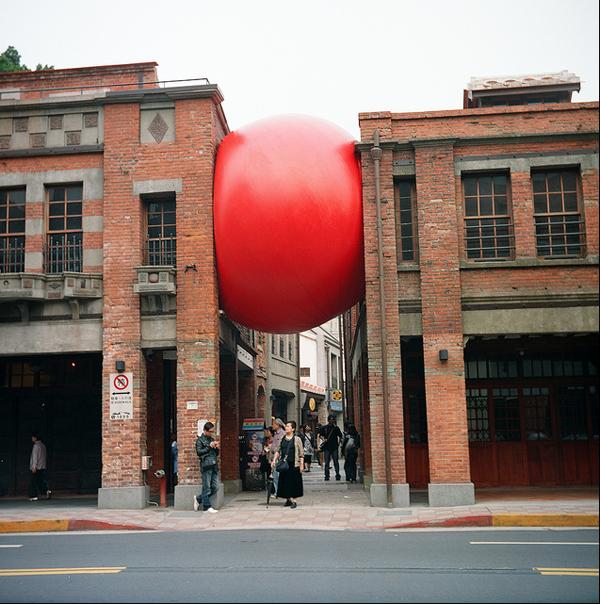 Arte e Arquitetura: Red Ball Project de Kurt Perschke , © Kurt Perschke