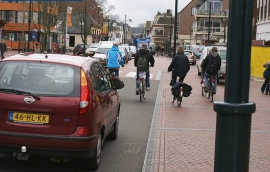 """""""Espaço compartilhado"""": cidades sem sinais de trânsito, """"Espaço Compartilhado"""" em Haren, Holanda. Via ebikespace.com"""