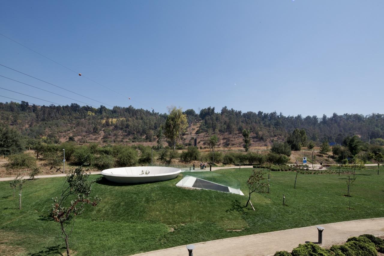 Memorial 9 – Virgem do Parque / Gonzalo Mardones Viviani, © Nico Saieh