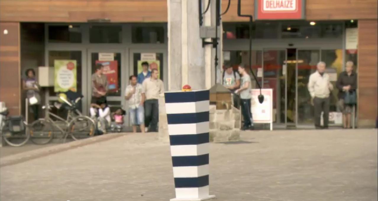 O botão que transforma uma tranquila praça belga em uma cena de ação cinematográfica em tempo real