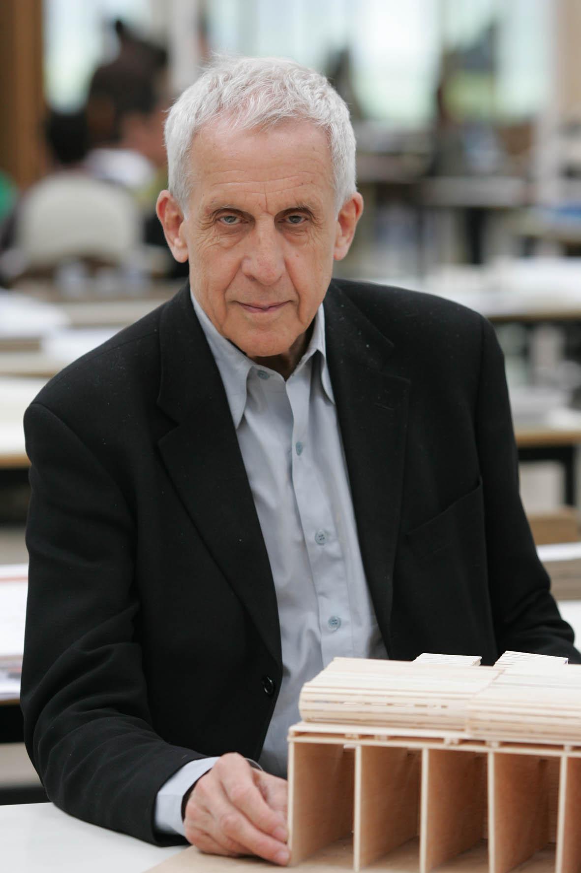 Kenneth Frampton recebe o Premio Javier Carvajal