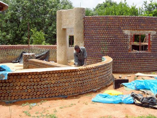 A primeira casa de garrafas da África, © AFP Photo / Aminu Abubakar