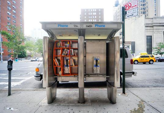 Intervenção urbana: Livros nas ruas, para compartilhar e grátis, © John Locke