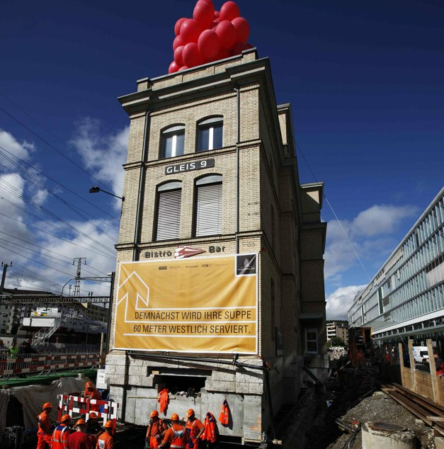 Deslocamento de 63 metros de um edifício histórico na Suiça, © Michael Buholzer / Reuters