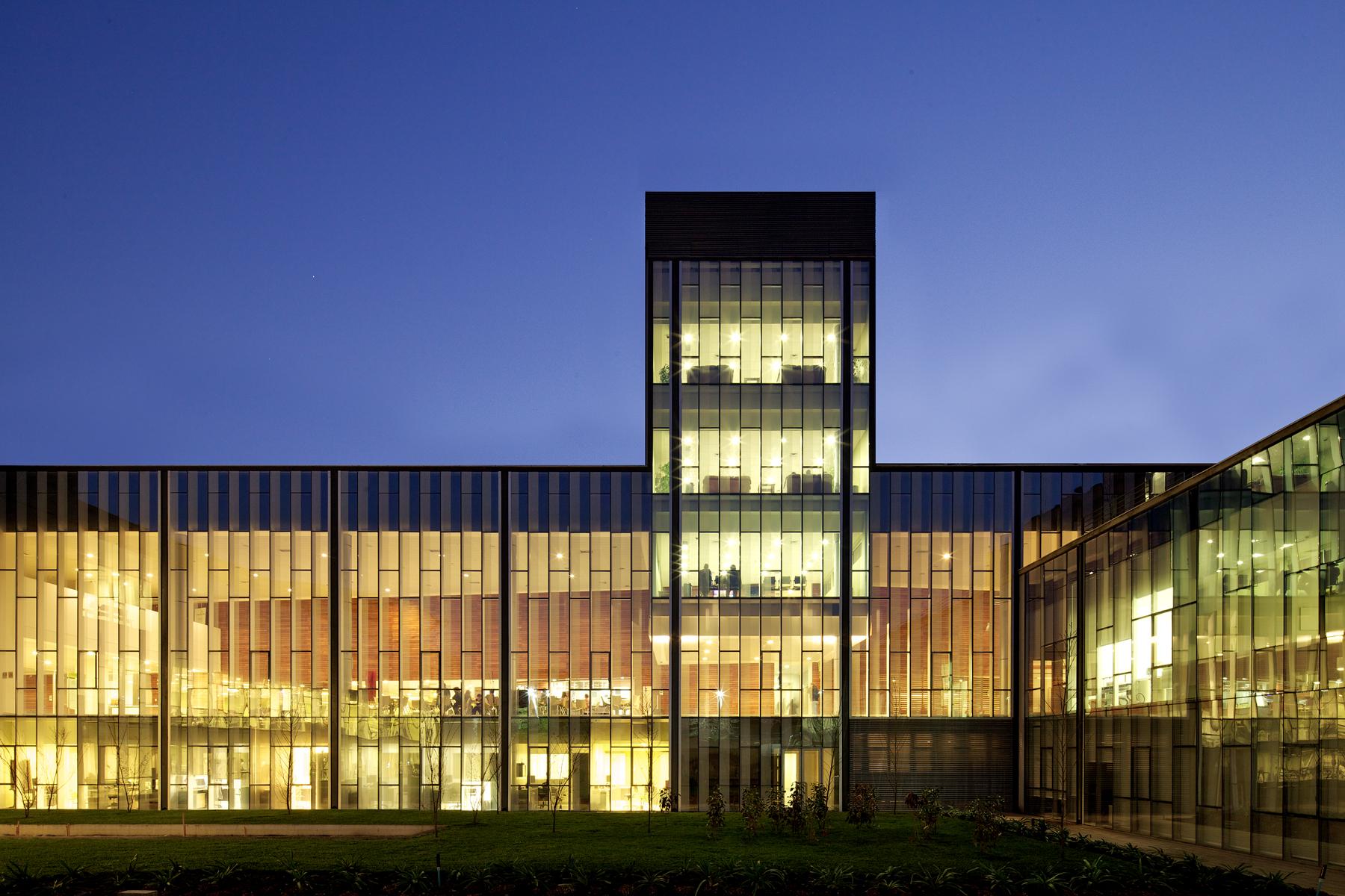 Hospital Clínico de Prevenção de Riscos e Clínica Bicentenário / Mobil Arquitectos, © Nico Saieh