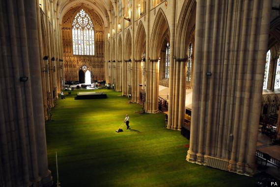 Abadia de York ficou verde literalmente no Jubileu de Diamante da Rainha Elizabeth, A Nave da Abadia de York teve seus 1500 metros quadrados cobertos de grama para comemorar o Jubileu de Diamante da Rainha Elizabeth.© Foto Standalone