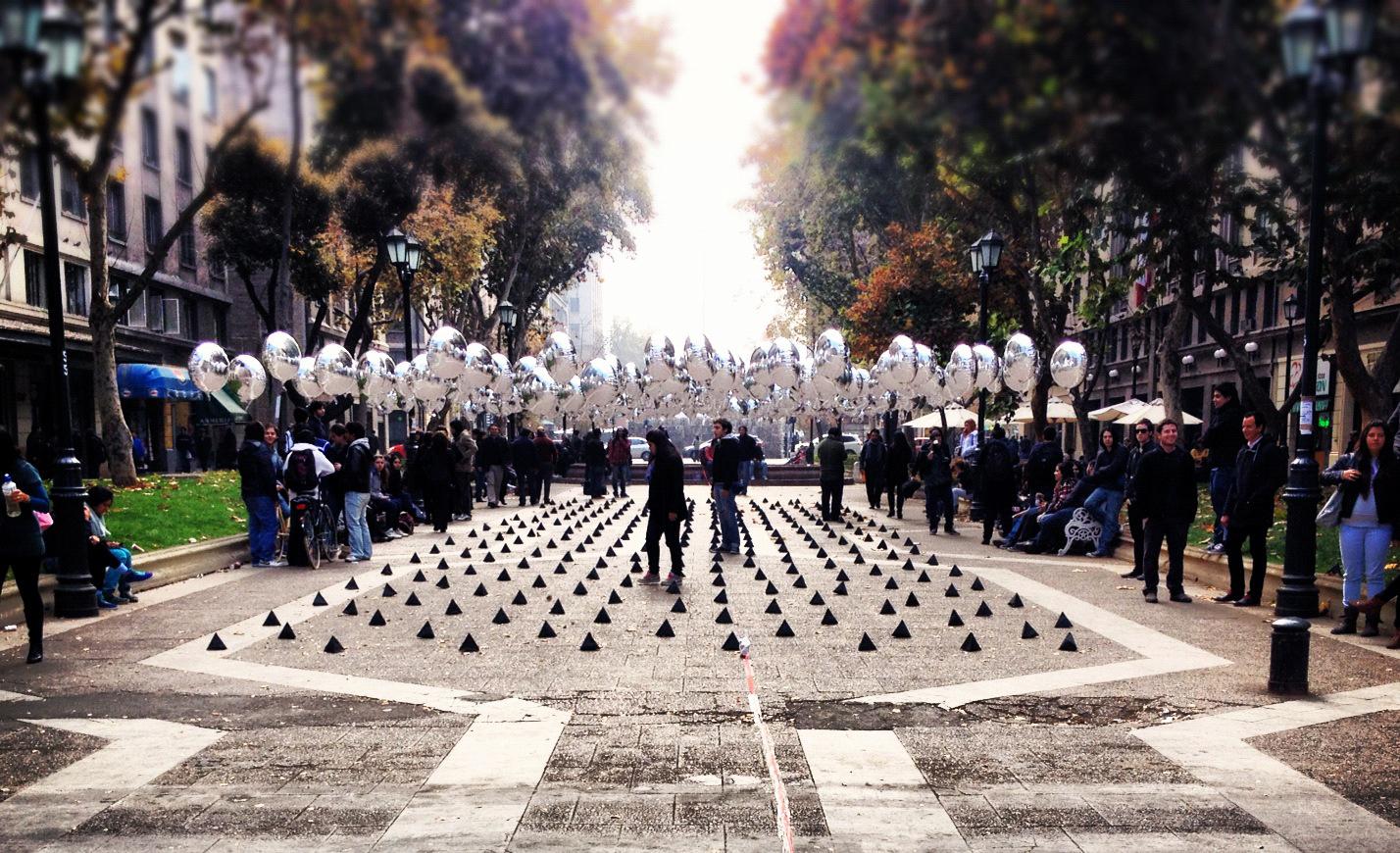 Intervenção urbana com balões / Universidad Mayor, © Giuliano Pastorelli