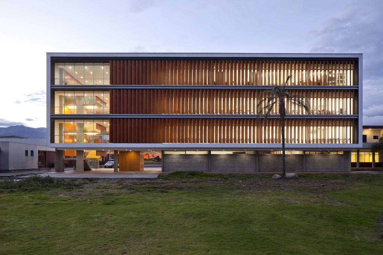 Edifício de salas de aula na Universidade de Cuenca / Javier Durán, © Sebastián Crespo