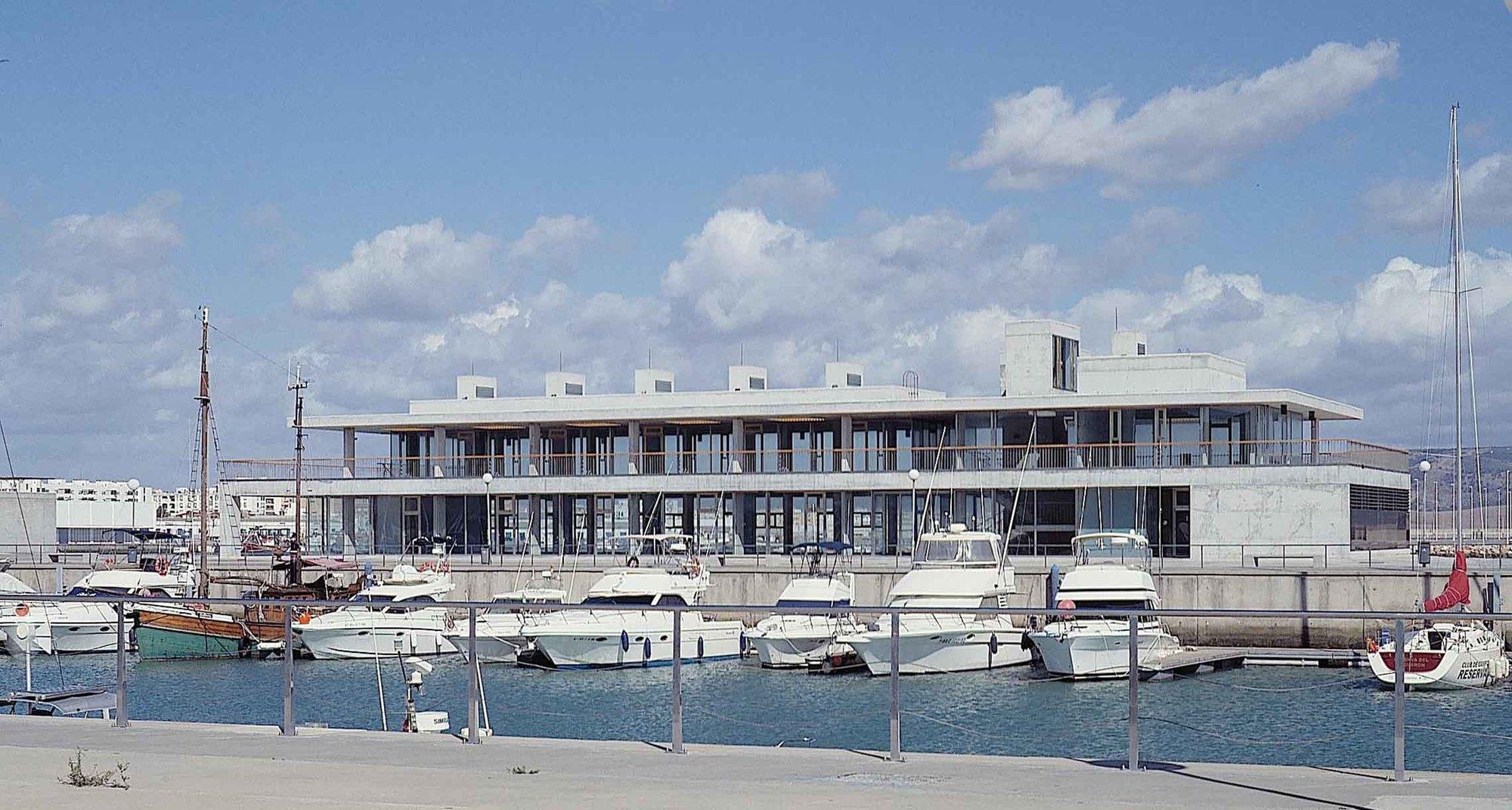 Edificio de serviço da Zona Náutica-Esportiva do Porto de Barbate / Enrique Abascal, © Cortesia de Enrique Abascal