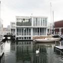 Swan natação entre Waterhouses, IJburg, Waterbuurt West, Amsterdam / dRMM - Cortesia do Conselho Britânico